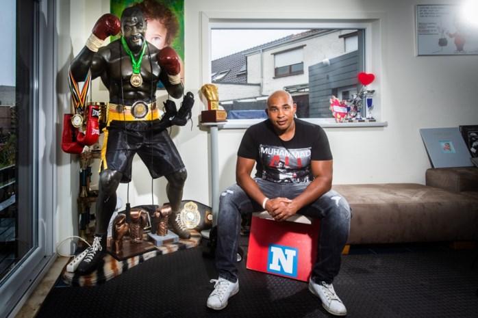 """Op de klapstoel met ex-bokser Ismaïl Abdoul: """"Ik verdien 2.500 euro per maand en daarvan mag ik 750 euro houden. De rest gaat naar mijn slachtoffers"""""""