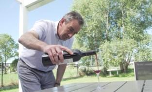 Hoe open ik een fles wijn en schenk ik een glas in? Alain Bloeykens doet het voor