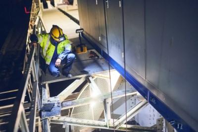 """Specialisten herstellen spoorwegbrug in zeven uur tijd: """"Dit was een nachtje MacGyver aan de Rupel"""""""