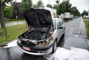Rijdende wagen vat vuur