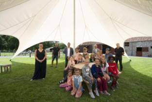 Wandelaars welkom in grote tent in Hoeve Hangerijn