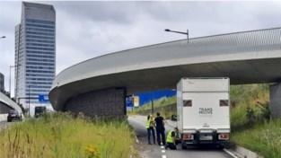 Gentse Ikea onbereikbaar nadat vrachtwagen zicht vastrijdt onder brug