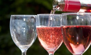 Rosé is niet overal een mix van rood en wit: dit zit er achter de kleur van je wijn