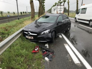 Verkeer op drukke baan in de knoop door ongeval met vijf voertuigen