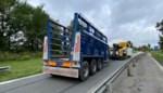 Trucker verliest oplegger, gelukkig nét wanneer hij parking oprijdt