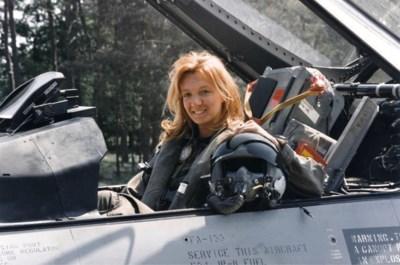 """Mie moet vrouwen warm maken voor job als F16-piloot: """"Het is geen utopie"""""""