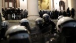 Protest loopt uit de hand: demonstranten dringen Servisch parlement binnen