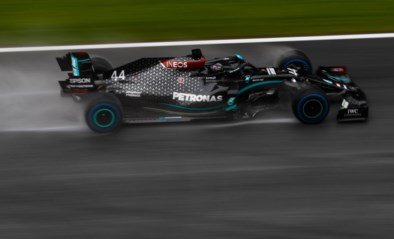 Lewis Hamilton wint in de regen spectaculaire strijd om de polepositie in GP van Steiermark
