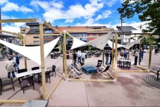 Houten kubussen in de stad houden bubbels gescheiden op terras