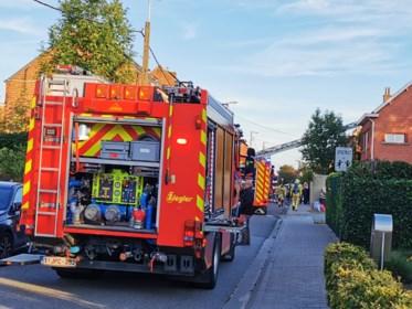 Uitslaande brand verwoest achterbouw woning: één bewoonster raakt lichtgewond
