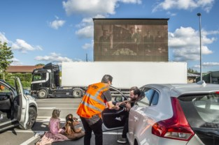 Bezoekers drive-inbioscoop genieten van Kampioenen-film