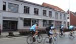 Acht wielertoeristen krijgen boete voor fietsen op straat, naast het fietspad