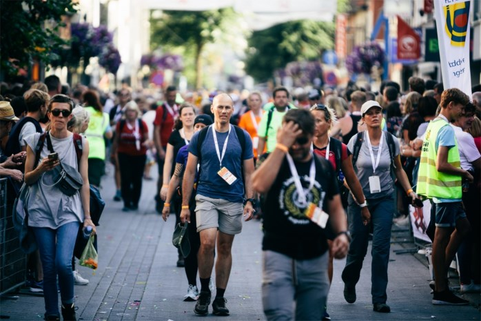 Al 14.000 wandelaars nemen deel aan alternatieve Dodentocht (en opvallend veel vrouwen)
