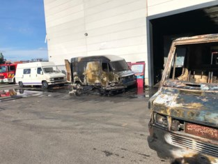 Twee bestelwagens branden uit net naast loods