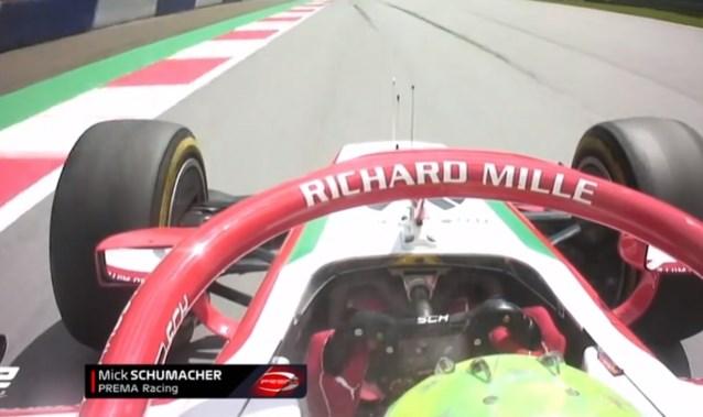 """Mick Schumacher verliest op """"meest bizarre manier"""" knappe podiumplek: brandblusser gaat af in midden van race"""