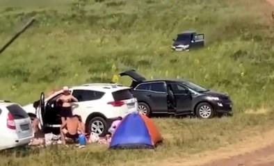 Man vergeet handrem op te zetten: auto raast recht op vakantiegangers af