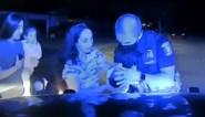 Heldendaad: politieagent weet op uiterst kalme wijze stikkende baby te redden