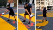 """Man filmt hoe vandaal Black Lives Matter-schildering bekladt met rode verf: """"Wat een lafaard!"""""""