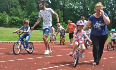 Vergeet zijwieltjes en gebruik kleurencodes: ouders geven tips om je kind veilig te leren fietsen