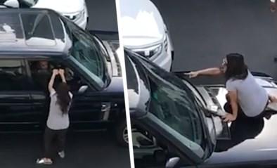 Boze vrouw beschuldigt echtgenoot van overspel en neemt meteen wraak op midden van weg