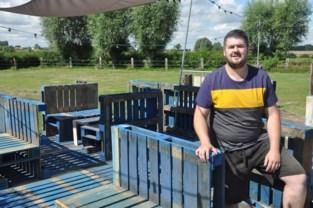 """Student Thomas (22) opent zomerbar: """"Om de mensen een fijne thuisvakantie te bieden"""""""