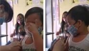 Filipijns jongetje heeft wel een hele schattige manier om zichzelf te kalmeren voor een prikje