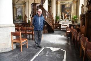 "Frans (79) blijft achter met onbeantwoorde vraag na vondst grafsteen: ""Waarom ligt Jan-Baptist Abbeloos begraven in Sint-Apoloniakerk?"""