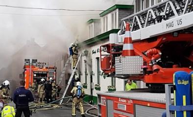Zware brand uitgebroken in café: man gereanimeerd en weggevoerd met ambulance