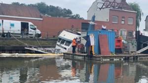 Schip van 17 meter dreigde te zinken en olie te lekken: zo zal het uit het water worden gehaald