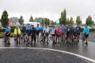 Zestien dappere wielertoeristen op fietsreis