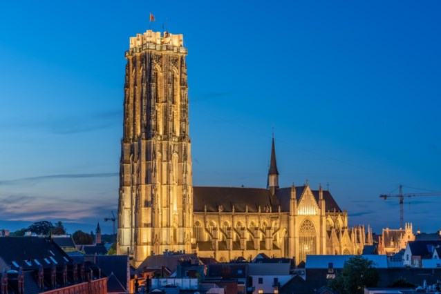 Horeca mag terrassen uitbreiden om te klinken op nieuw verlichte Sint-Romboutstoren