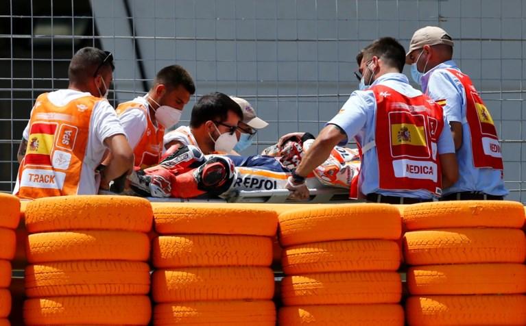 VIDEO. Zesvoudig wereldkampioen MotoGP Marc Marquez loopt breuk in bovenarm op na zware crash
