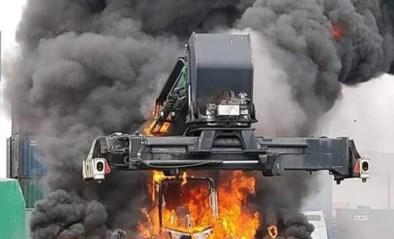 Reachstacker op Bevrijdingsdok in de haven vat vlam