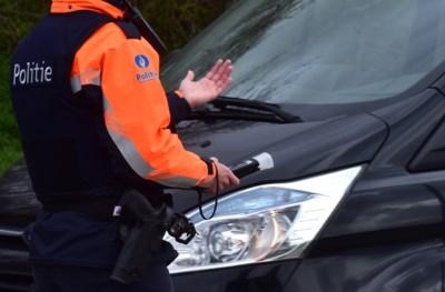 Agent krijgt speeksel in het gezicht tijdens arrestatie