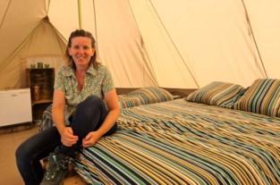 """Polly-Anne zet twee glamping-tenten aan haar zorgboerderij: """"Want alternatieve reis vinden voor kinderen met beperking is geen sinecure"""""""