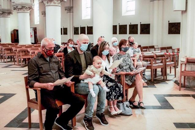 Kleine Milena als eerste gedoopt met mondmasker