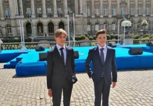 Schoolvrienden Milan en Niel nemen charter in ontvangst in Brussel tijdens nationale viering