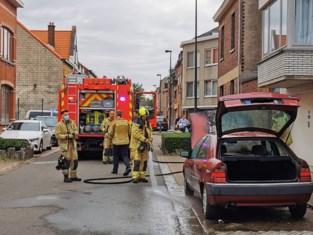 Auto vat vuur vlakbij woningen: brandweer kan overslag voorkomen