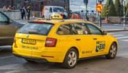 Taxi rijdt in op groep mensen in Zweden