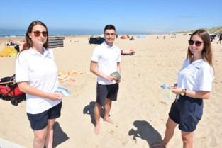 """Gjyrkan (20) en Sam (21) zien toe op coronamaatregelen op het strand: """"We hopen stiekem op een hittegolf"""""""