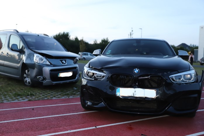Testritje met BMW loopt uit de hand: bestuurder knalt tegen geparkeerde wagen