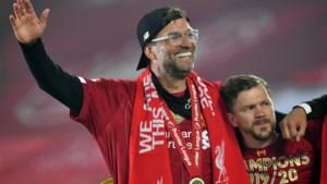 """Jürgen Klopp wordt verkozen tot Trainer van het Jaar en krijgt felicitaties van grappende Alex Ferguson: """"Ik vergeef het je dat je me 's nachts wakker belde"""""""