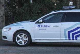 Dronken bestuurder rijdt tegen verkeersborden en hekken