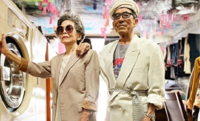 Deze hippe oudjes poseren in kleding die in hun wassalon is achtergelaten