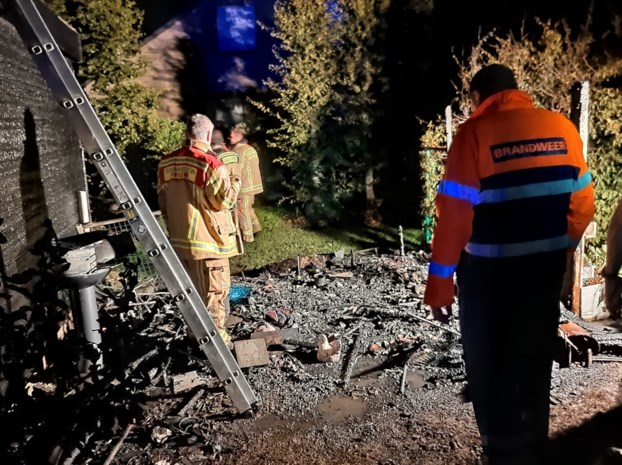 Brandweer kan voorkomen dat tuinhuisbrand overslaat naar garages en woning