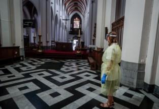 Opvallend beeld in Deurne: coronatest aan het altaar