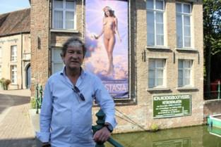 """Stad krijgt klachten over blote vrouw die tentoonstelling promoot: """"Banner zou automobilisten kunnen afleiden"""""""