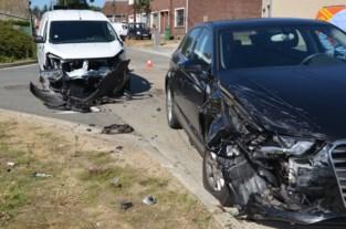 Zware botsing maar geen gewonden bij ongeval op kruispunt