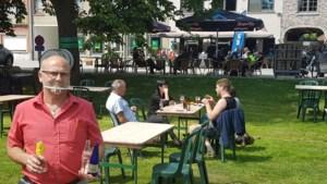 Genieten van advocaat en uitzicht op terras van café Hippoliet