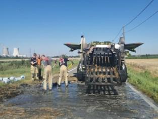 Tractor rijdt rond met brandend stro